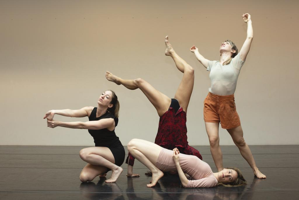 4 vrouwen die dansen